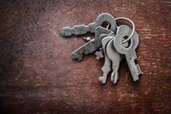 Пук старых ключей на деревянной поверхности Стоковое фото RF