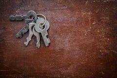 Пук старых ключей на деревянной поверхности Стоковые Изображения RF