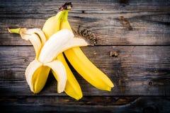 Пук сырцового органического банана на деревянной предпосылке Стоковое Изображение