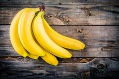 Пук сырцового органического банана на деревянной предпосылке Стоковое фото RF