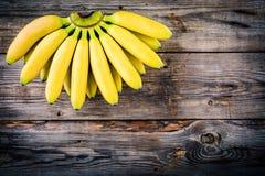 Пук сырцового органического банана на деревянной предпосылке Стоковые Фото