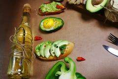 Пук сырцовых зрелых органических авокадоов всех и уменьшанных вдвое на рынке фермеров Bruschetta с авокадоом, специями Сезонные л стоковые изображения rf