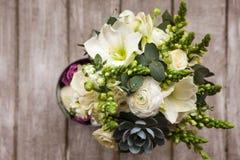 Пук с белыми розами и суккулентным взгляд сверху Стоковое Фото