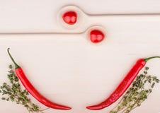 Пук тимиана, томаты вишни и накаленные докрасна перцы chili дальше сватают Стоковые Фотографии RF