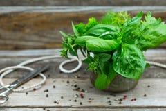 Пук трав сада на деревянном столе стоковые фотографии rf