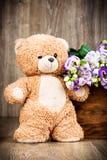 Пук цветков и плюшевого медвежонка Стоковые Изображения