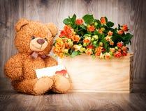 Пук цветков и плюшевого медвежонка Стоковые Фотографии RF