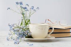 Пук цветков незабудок и старой книги стоковая фотография