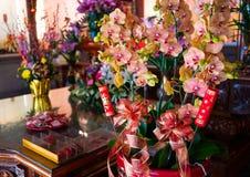 Пук цветков орхидеи используемых как бог предлагая в виске Tainan Dongyue стоковые фотографии rf