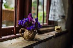пук цветков рядом с окном Стоковые Изображения