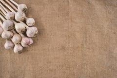 Пук шариков чеснока на мешковине Стоковые Фотографии RF