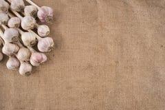 Пук шариков чеснока на мешковине Стоковое Фото