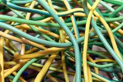 Пук электрических желт-зеленых проводов или кабелей пересеченных друг с другом Стоковое Фото