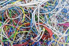 Пук электрических проводов других цветов очень много переплетанся Стоковое фото RF