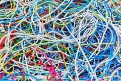Пук электрических проводов или кабели сильно запутаны совместно стоковые изображения rf