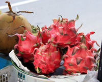 Пук Dragonfruit на стойле рынка Стоковое фото RF