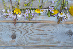Пук fieldflowers, маргариток, лютиков, Pentecostal цветков, одуванчиков на предпосылке oldwooden с пустым космосом экземпляра Стоковые Изображения RF