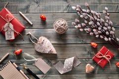 Пук pussy-вербы, обернутых подарков, тетради, деревянного сердца и Стоковое Изображение