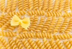 Пук sprial золотых покрашенных макаронных изделий макарон Стоковые Фотографии RF