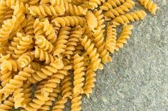 Пук sprial золотых покрашенных макаронных изделий макарон Стоковые Изображения