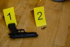 Пули и оружие на месте преступления стоковое изображение rf
