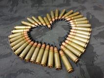 Пули на черном camo в форме сердца стоковые фотографии rf