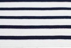 Пуловер с черными нашивками, предпосылка шерстей белый текстуры Стоковые Изображения