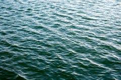 Пульсации моря предпосылка яркая Темная ая-зелен вода Отмелые волны и солнце ярко светят на воде Стоковые Фотографии RF
