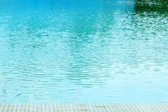 Пульсация воды в бассейне стоковые изображения rf