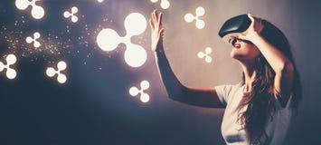 Пульсация при женщина используя шлемофон виртуальной реальности стоковое изображение rf