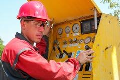 Пульт управления буровой установки работника работая Стоковое Фото
