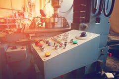 Пульт управления машины с cnc для обрабатывать материал на машиностроительном предприятии стоковая фотография rf