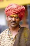ПУНА, МАХАРАСТРА, ИНДИЯ, июнь 2017, традиционно одело взгляды человека на камере во время фестиваля Pandharpur Стоковое фото RF