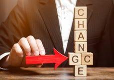 Пункты бизнесмена к деревянным блокам с изменением слова к шансу развитие личное Рост карьеры или изменить концепция стоковые фотографии rf