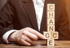 Пункты бизнесмена к деревянным блокам с изменением слова к шансу развитие личное Рост карьеры или изменить концепция стоковое изображение rf