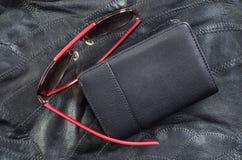 Пункты и портмоне на коже стоковое фото