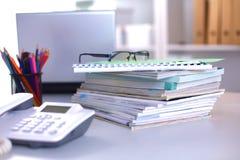 Пункты на настольном компьютере офиса с компьютером и документами Стоковое Фото