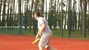 Пункт активного sporty человека ведя счет во время игры тенниса видеоматериал