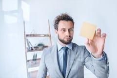 Пункт бизнесмена на липком примечании в офисе Стоковое Изображение RF