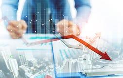Пункт бизнесмена на уменьшая диаграмме и увеличивая сломанной диаграмме Стоковые Фото