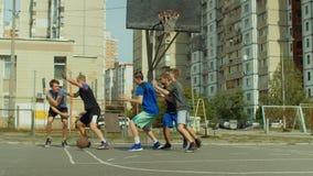 Пункт игрока Streetball ведя счет после броска в прыжке видеоматериал
