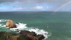 Пункт наггета с радугой на Catlins в Новой Зеландии видеоматериал