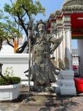 Пункт обслуживания школы массажа Wat Pho тайский Другая привлекательность Wat Pho Китайские каменные статуи украшенные сводами и  стоковые фото