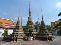 Пункт обслуживания школы массажа Wat Pho тайский Другая привлекательность Wat Pho Китайские каменные статуи украшенные сводами и  стоковая фотография rf