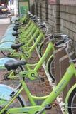 Пункт общественного велосипеда арендный в ШЭНЬЧЖЭНЕ, КИТАЕ, АЗИИ Стоковая Фотография