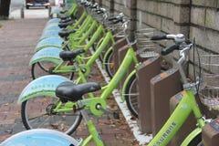 Пункт общественного велосипеда арендный в ШЭНЬЧЖЭНЕ, КИТАЕ, АЗИИ Стоковые Изображения RF