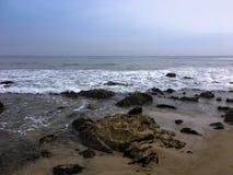 Пункт Dume Волна пены утесистый берег стоковая фотография