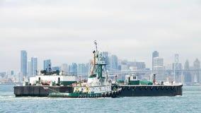 ПУНКТ FERMIN буксира нажимая баржу через залив Стоковое Изображение RF