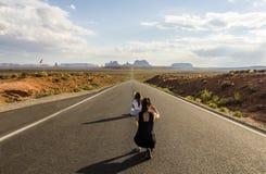 Пункт Gump леса, туристские девушки фотографируя - долина памятника сценарная панорама на дороге - Аризона, AZ Стоковая Фотография RF