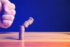 Пунш руки увеличивая столбцы золотых монеток на деревянном столе Стоковые Фотографии RF